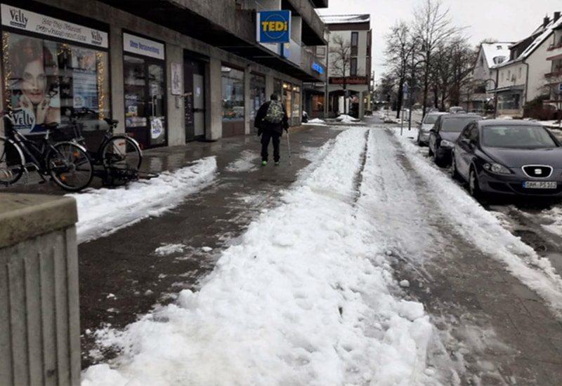 """""""Krisengebiet"""" Lochhauser Strasse im Winter."""