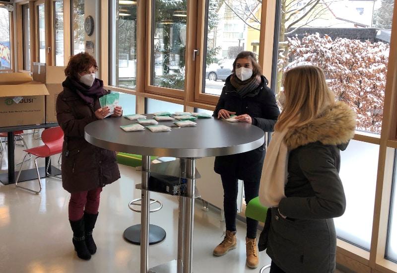 Bei der Ausgabe der FFP2-Masken an pflegende Angehörige (v.l.): Sabine Tietel, Mila Zlatinov und Celina Michels von der Stadtverwaltung Puchheim.