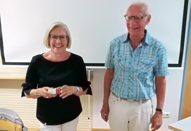 Dorothea Sippel (1. Vorsitzende Sozialdienst NBH Puchheim) verabschiedet Beisitzer Walter Bamberger mit Geschenk. Beisitzer Otto Stecher, ebenfalls verabschiedet, war leider verhindert.