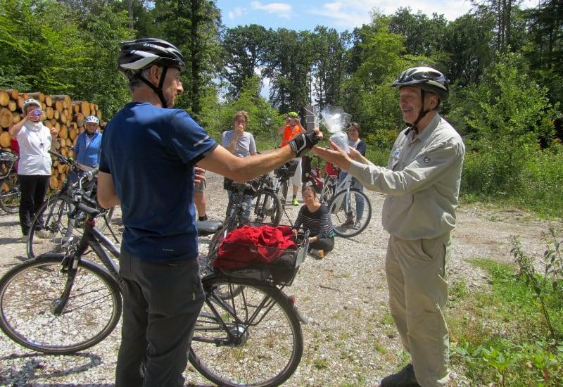 Erster Bürgermeister Norbert Seidl (Foto links) überreicht Franz Knierer ein kleines Präsent der Stadt Puchheim.