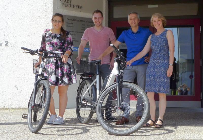 """Mit der städtischen Fahrradbeauftragten Katharina Dietel und Erstem Bürgermeister Norbert Seidl freuen sich Alexander Krimmer und Sandra Hinterholzer auf die ersten """"beschleunigten"""" Dienstfahrten (von rechts)."""