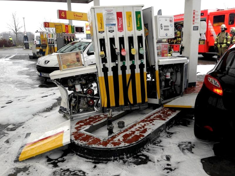 Die Puchheimer Feuerwehr sicherte die Unfallsstelle mit einem Schaumteppich. Foto: Feuerwehr