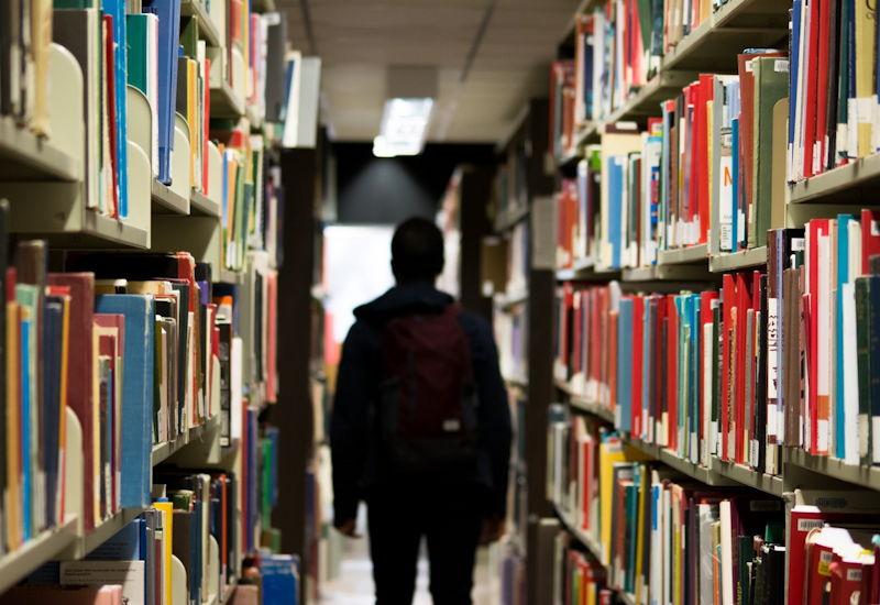 Vandale bricht nachts in Puchheimer Bücherei ein