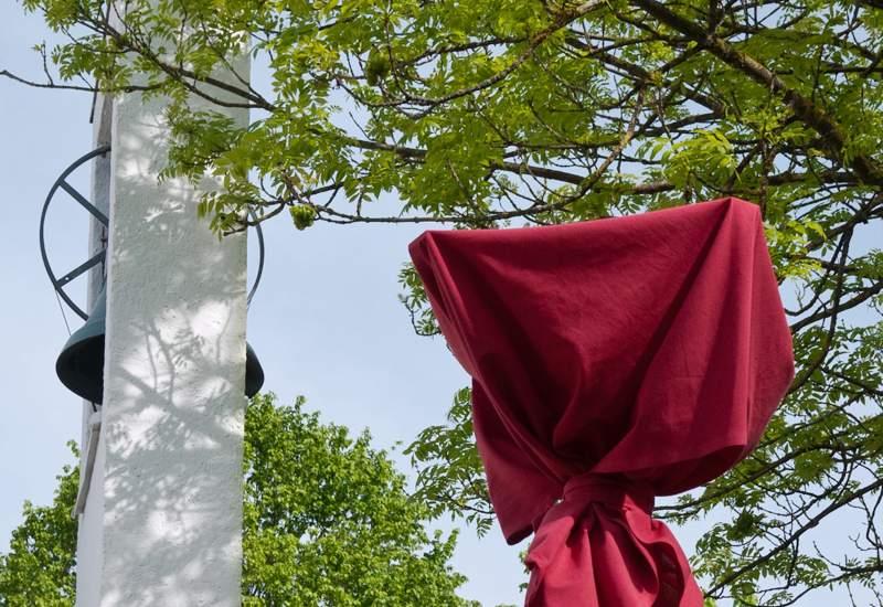 Roter Stoff verhüllt die ausrangierten Laternenpfosten
