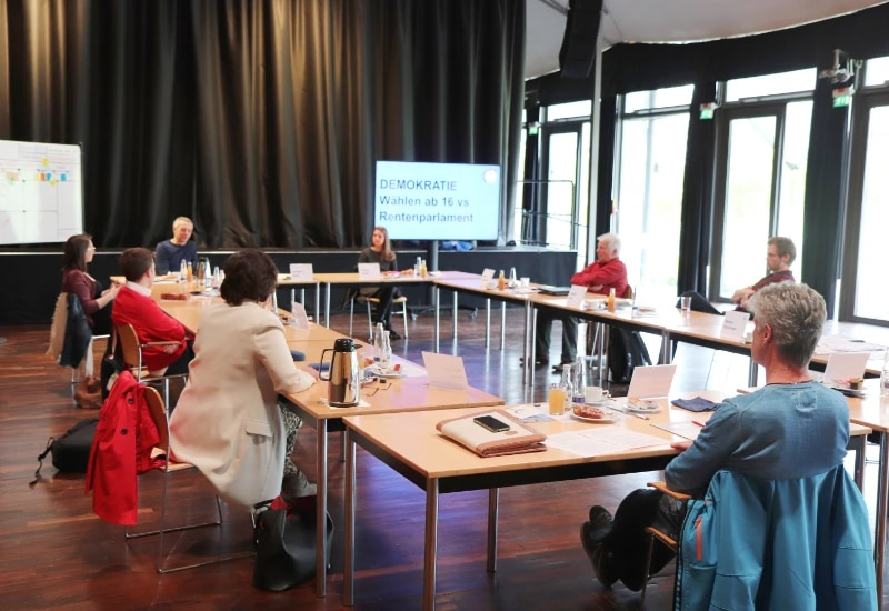 """Die Teilnehmenden der Auftaktveranstaltung der Reihe """"Runder Tisch – Zukunft gemeinsam gestalten"""" repräsentierten die unterschiedlichen Generationen in Puchheim."""