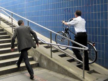 Für Radler nicht ganz leicht, für Rollstuhlfahrer unmöglich.
