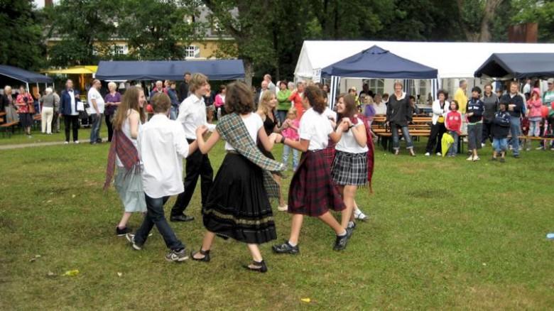 Schotten tanzen auch bei Highland-Wetter. Foto: M. Limbacher