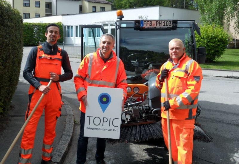 Erster Bürgermeister Norbert Seidl unterstützt zwei Mitarbeiter des städtischen Bauhofs bei der Straßenreinigung.