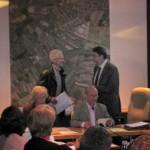 Herr Seinig übergibt die gesammelten Unterschriften dem Ersten Bürgermeister Dr. Kränzlein. Foto: M. Limbacher