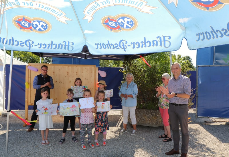 Bei der Siegerehrung des Kinder-Malwettbewerbs
