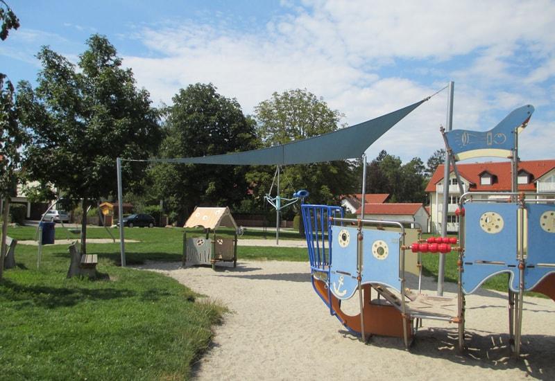 Sonnensegel am Spielplatz Laurenzerweg.