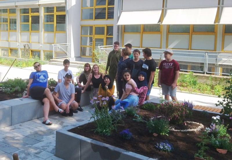 Schüler der 8a der Puchheimer Mittelschule bepflanzen den Schulgarten.