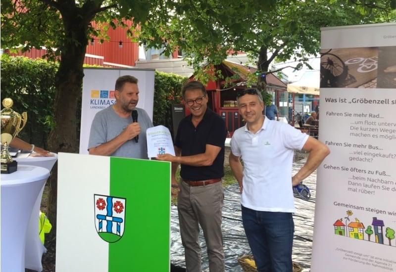 uchheims Erster Bürgermeister Norbert Seidl und Gröbenzells Erster Bürgermeister Martin Schäfer übergeben Landrat Thomas Karmasin ihre Autoschlüssel.