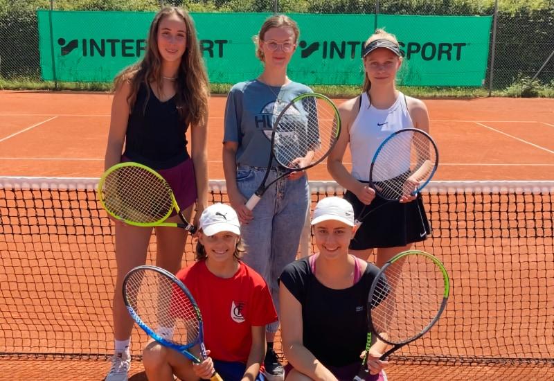 Die Juniorinnen U18 des TC Puchheim wurden Meister in der Bezirksliga: (hinten v.l.): Heidi Daunhauer, Lara Fößmeier (Damen II) und Nina Gasteiger. (vorne v.l.): Amelie Willig und Mia Willig. Nicht auf dem Foto: Suzanna Hofmann sowie Larissa und Sophie Münst.