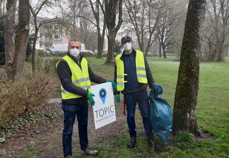 """Das Foto zeigt Bürgermeister Norbert Seidl mit Sebastian Trahndorff von der Organisation """"Aufrechter Gang""""."""