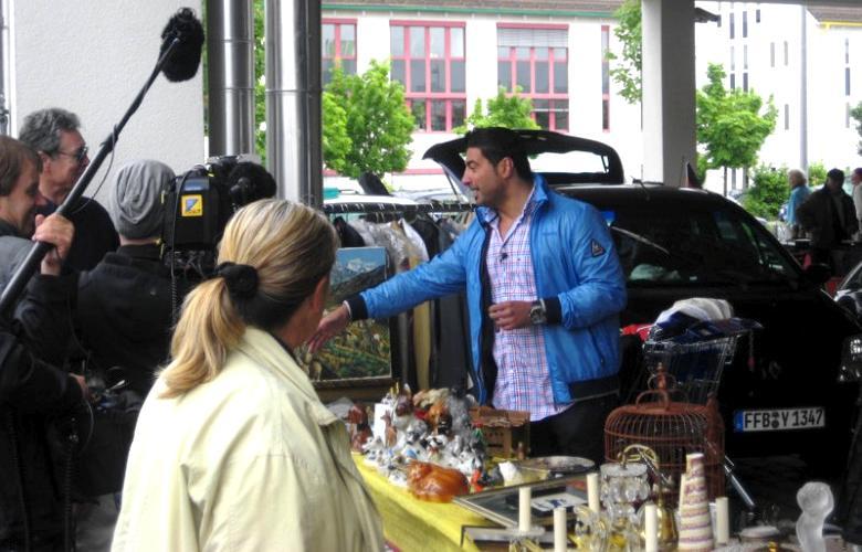 Trödel-Experte Sükrü Pehlivan auf dem Flohmarkt des Puchheimer Ikarus-Center, Fotos: M. Limbacher