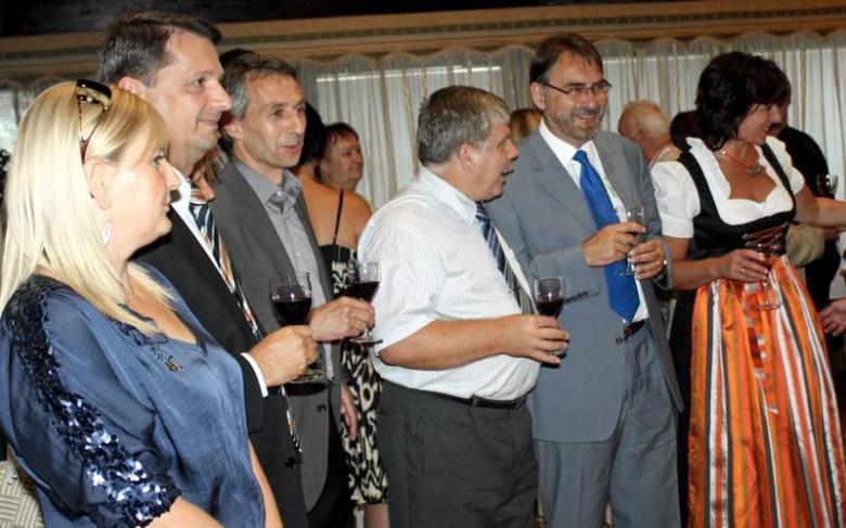 Vier Bürgermeister im Dialog (v. l.): Peter Cseresnyés mit Gattin Livia, Norbert Seidl, Ferenc Novák und Dr. Herbert Kränzlein, sowie Stadträtin Barbara Ponn