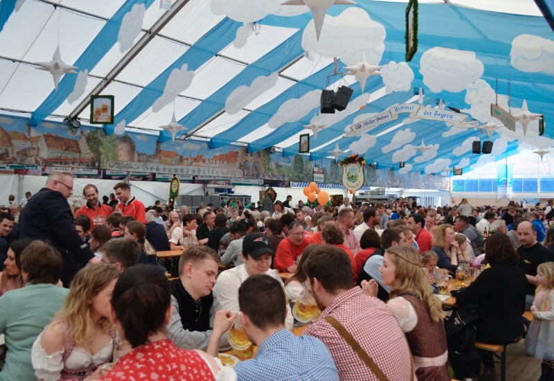 Volles Zelt beim Puchheimer Volksfest