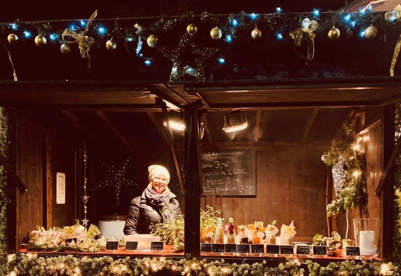 Petra Hahn, Schwester von Stefan Kaspar, in der Hütte vor Kaspar's Hofladen.