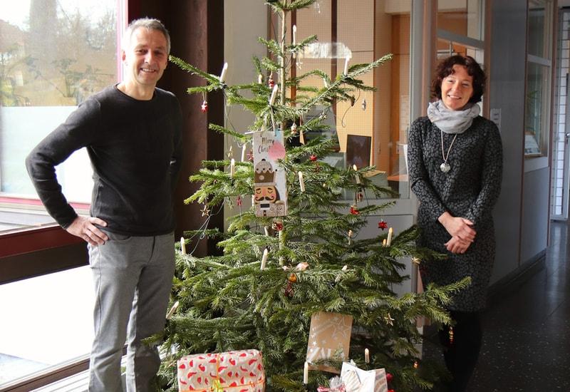 Erster Bürgermeister Norbert Seidl und Assistentin Sabine Tietel freuen sich über die gelungene Wunschbaumaktion.